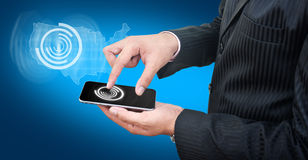 Używać telefon komórkowego z błękitnym tłem Fotografia Royalty Free