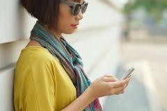 Używać telefon komórkowy obrazy stock