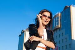 Używać telefon komórkowy atrakcyjny bizneswoman zdjęcie stock