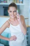 Używać telefon komórkowy piękna młoda kobieta Fotografia Royalty Free