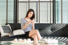 Używać telefon komórkowy piękna młoda kobieta Obraz Royalty Free