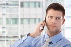 Używać telefon komórkowy przystojny biznesmen obrazy royalty free