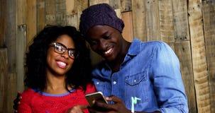 Używać telefon komórkowy szczęśliwa para zbiory wideo