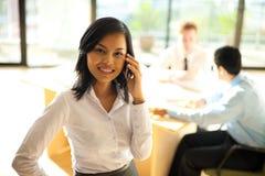 Używać Telefon korporacyjna Kobieta obrazy stock