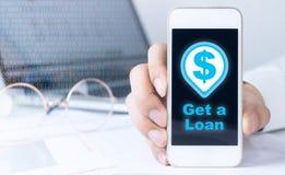 Używać telefonu zastosowanie dostawać pożyczka z banku zdjęcie stock
