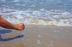 Używać termometr temperatury wody miarę Obrazy Royalty Free