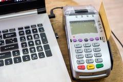 Używać zamach kredytową kartę na płatniczym terminal z laptopem na stole Obraz Royalty Free