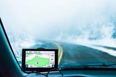Używa nawigatora na drodze z śniegiem w śnieżnej górze gdy jadący zdjęcia royalty free