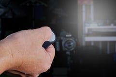 Używa pilota naciskać autoportrety zdjęcia stock