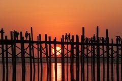 U在日落Amarapura,曼德勒,缅甸的bein桥梁。 免版税库存照片