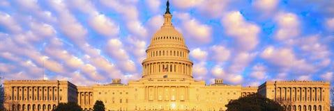 U的综合图象 S 国会大厦和蓝天与白色松的云彩 免版税库存图片