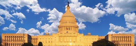 U的综合图象 S 国会大厦和蓝天与白色松的云彩 免版税图库摄影