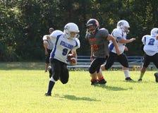 11U青年橄榄球赛跑者 免版税库存图片
