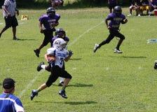 11U青年橄榄球赛跑者 免版税图库摄影