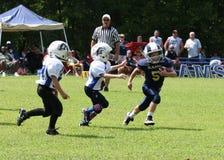 7U青年橄榄球赛跑者 库存图片