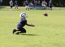 7U青年橄榄球赛跑者 免版税库存图片