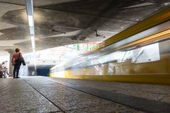 U-Bahn-Bewegungsunschärfe-lange Belichtungs-Bahnstations-Abfahrt Traveli Lizenzfreie Stockbilder