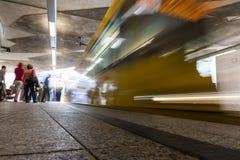 U-Bahn-Bewegungsunschärfe-lange Belichtungs-Bahnstations-Abfahrt Traveli Stockbilder
