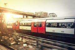 U-Bahn, die zur Mitte des Londons vorangeht Lizenzfreie Stockfotos
