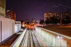 U-Bahn-Eisenbahn und Station nachts Stockbilder