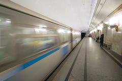 U-Bahnautos beschleunigen vorbei in die Moskau-Metro stockfotos