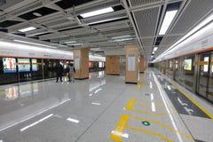 U-Bahnplattform von Xiamen-U-Bahn-Linie 1, luftgetrockneter Ziegelstein rgb Stockfotos