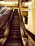 U-Bahnrolltreppe lizenzfreie stockfotos