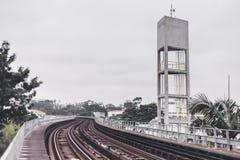 U-Bahnschienen und -zug in Brasilien lizenzfreies stockfoto