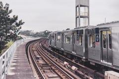 U-Bahnschienen und -zug in Brasilien lizenzfreie stockfotos