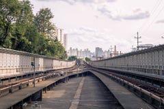 U-Bahnschienen von são Paulo ausführlich lizenzfreie stockfotos