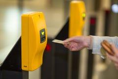 U-Bahnstation (Bewegung unscharfes Bild) Lizenzfreie Stockfotos