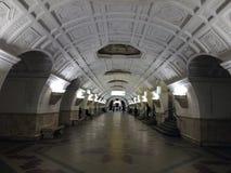 U-Bahnstation mit Spalten in Moskau Die Station wurde in sowjetische Zeiten errichtet stockbild