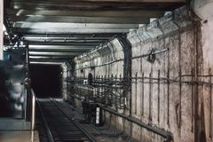 U-Bahntunnel, Dunkelheitsuntertagekorridor Lizenzfreie Stockbilder