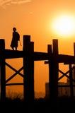 U bein桥梁的在日落, Taungthaman湖女孩 图库摄影