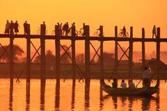 U Bein桥梁的现出轮廓的人在日落, Amarapura, Myanma 免版税库存图片