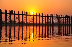 U Bein överbryggar (Myanmar, Burma) i solnedgång Fotografering för Bildbyråer