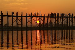 U-bein överbryggar på solnedgången i Amarapura nära Mandalay, Myanmar (Burma) Arkivbild