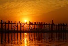 U-bein överbryggar på solnedgången i Amarapura nära Mandalay, Myanmar (Burma) Royaltyfria Foton
