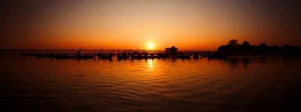 在日落的U Bein桥梁,缅甸(缅甸) 免版税图库摄影