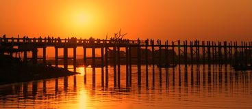 在日落的U Bein桥梁,曼德勒,缅甸 库存照片