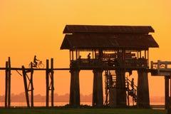 在U Bein桥梁, Amarapura,缅甸的五颜六色的日落 库存照片