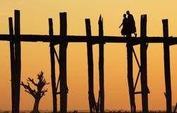 Мост на заходе солнца, Myanmar U-Bein Стоковые Изображения