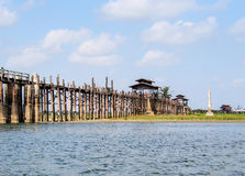 U-Bein brug, Mandalay, Myanmar met blauwe hemel royalty-vrije stock fotografie