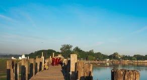 U-BEIN most, AMARAPURA, MYANMAR WRZESIEŃ 21: Mnisi buddyjscy na ich dziennym spacerze przez most w wczesny poranek godzinach Fotografia Stock