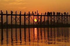 U bein overbrugt bij zonsondergang in Amarapura dichtbij Mandalay, Myanmar (Birma) Stock Fotografie