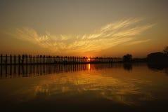 U bein overbrugt bij zonsondergang in Amarapura dichtbij Mandalay, Myanmar (Birma) Stock Foto