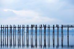 U-Bein teakträbro på Taungthaman sjön i Amarapura, Mandalay D Fotografering för Bildbyråer
