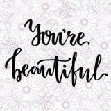 U bent Mooi Het vectorhand van letters voorzien op schoonheids bloemenachtergrond Stock Fotografie
