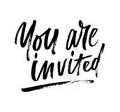 U bent uitgenodigde borstel het van letters voorzien uitnodiging Moderne kalligrafie i vector illustratie