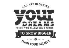 U blokkeert uw dromen wanneer u uw vrees om groter toestaat te groeien dan uw geloven royalty-vrije illustratie